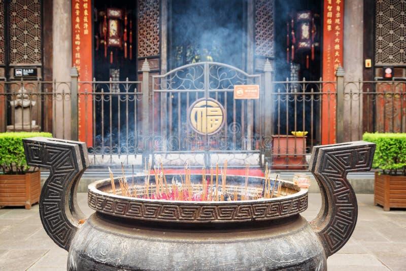 Brännande rökelse i borggård av den Wenshu templet, Chengdu, Kina arkivfoton