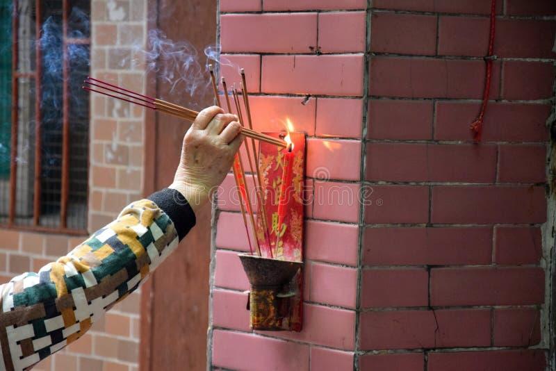 Brännande rökelser som är främsta av det offer- altaret royaltyfri bild