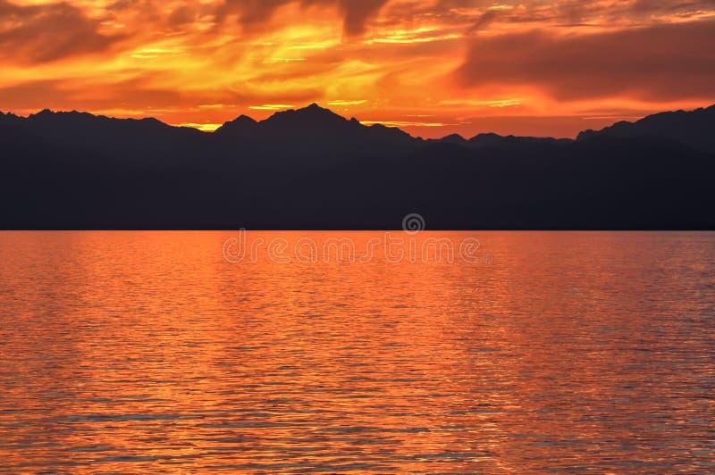 Brännande solnedgång på havet royaltyfri bild