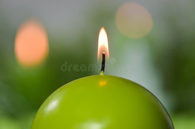 Brännande stearinljus gräsplan och rött royaltyfri bild