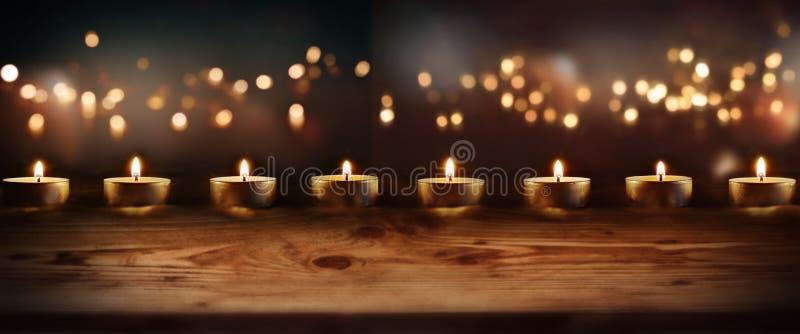 Brännande stearinljus med celebratory bokeh royaltyfria bilder