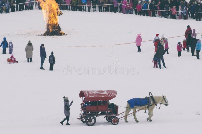 Brännande sugröravbildning och en häst med en vagn royaltyfri foto