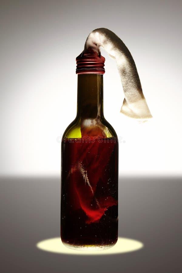 Brännbar flaska med den explosiva blandningen på bakgrund arkivfoto