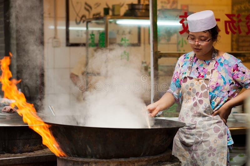 Brännhet matlagning på Muslimgatan i Xian royaltyfria foton