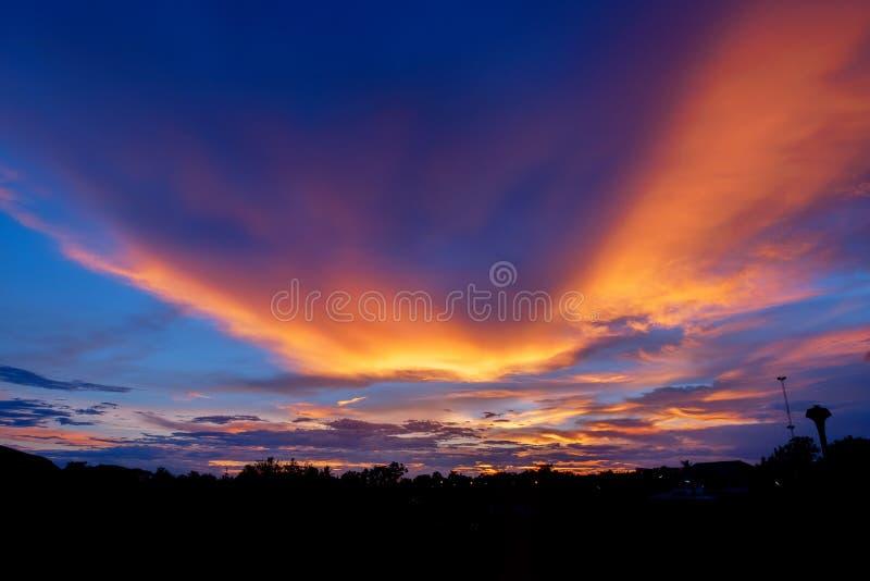 Brännhet orange solnedgånghimmel Härlig sky ljusa färger för soluppgång arkivfoto