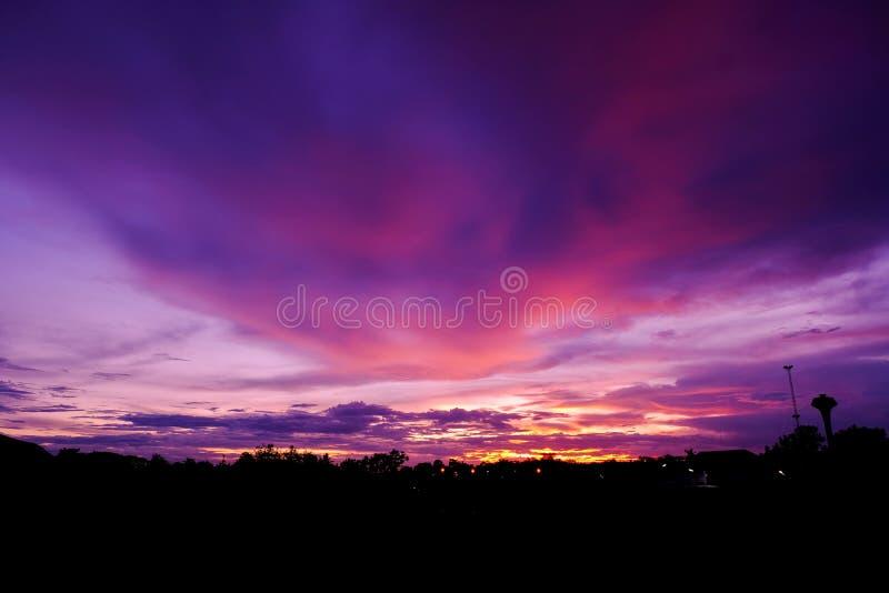 Brännhet orange solnedgånghimmel Härlig sky ljusa färger för soluppgång arkivbilder
