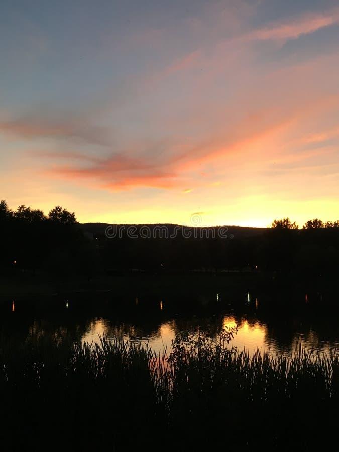 Brännhet solnedgång över de Catoctin bergen royaltyfria foton