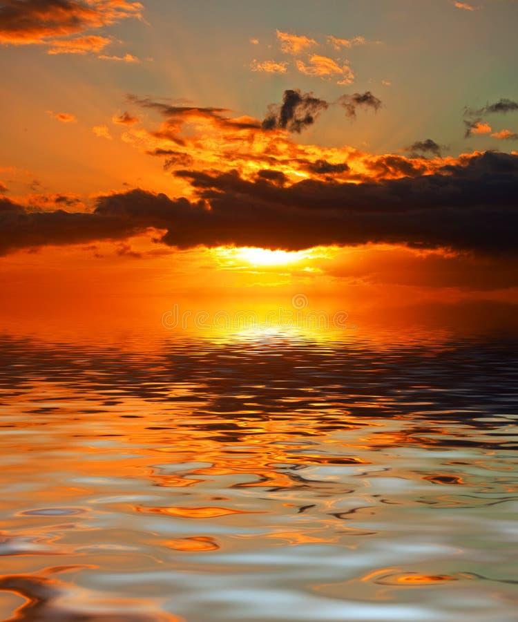 brännhet solnedgång arkivbilder