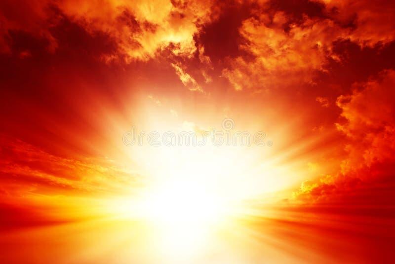 Brännhet solnedgång med molnig himmel royaltyfri bild