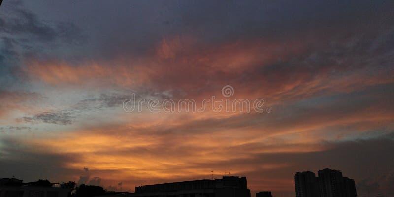 Brännhet solnedgånghimmel | cirrusmolnmoln arkivfoto