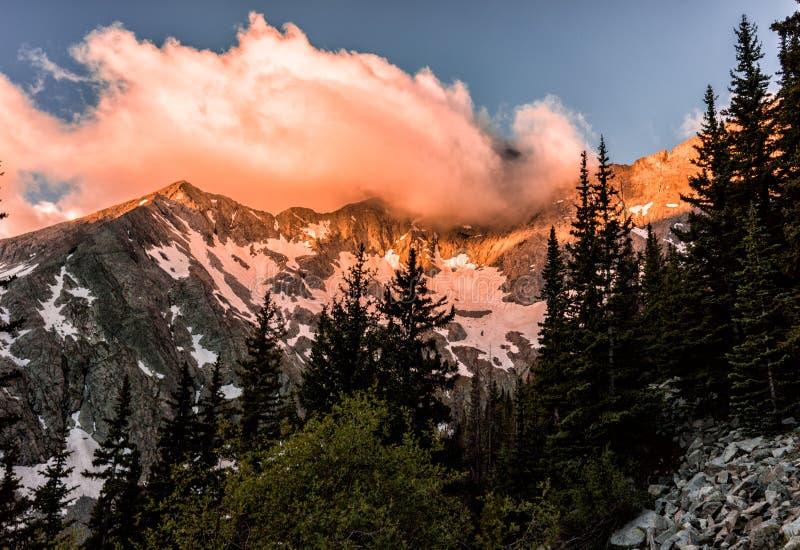 Brännhet soluppgång över Blanca Peak Colorado Rocky Mountains, Sangre de Cristo Spänna arkivbild
