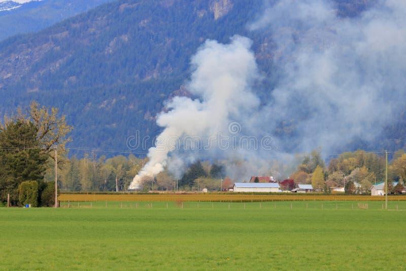 Bränning och rök för lantgård förlorad royaltyfri fotografi