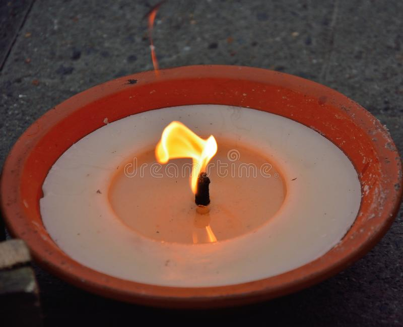 Bränningen vaxar stearinljuset fotografering för bildbyråer