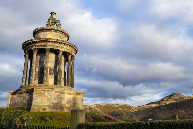 Brännskadamonument och Arthurs Seat i Edinburg arkivbild