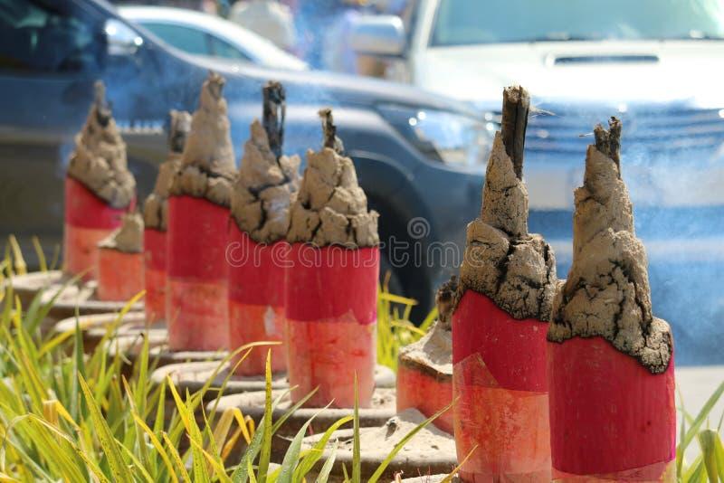 brännskadarökelsepinnen är religiösa troar som lärjungar visar dyrkan i kinesisk tradition royaltyfri bild