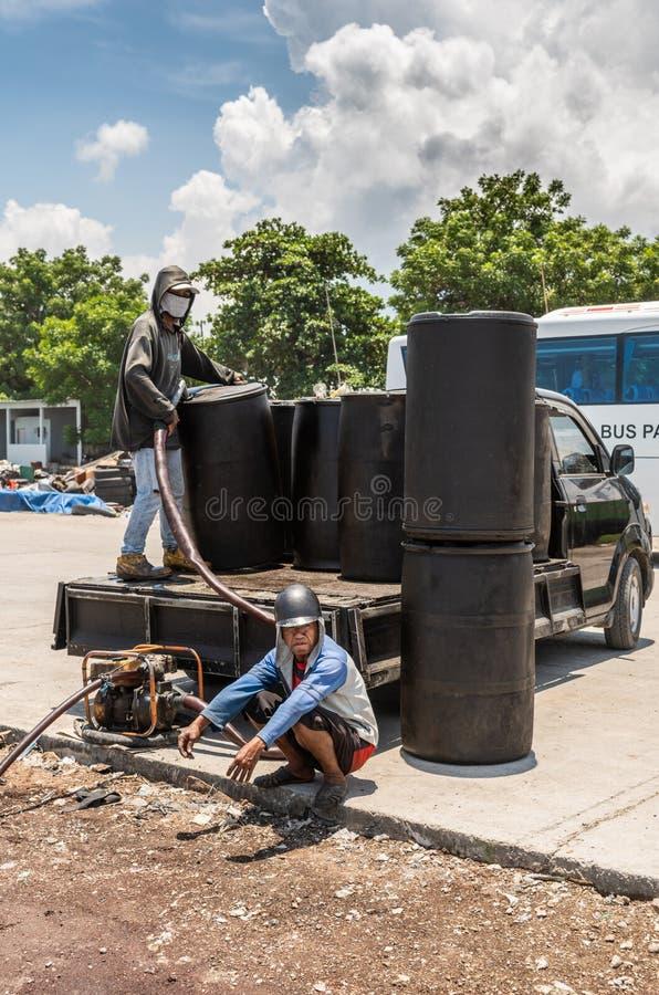 Bränsle som pumpar i Paotere gammal port av Makassar, södra Sulawesi, Indonesien royaltyfria foton