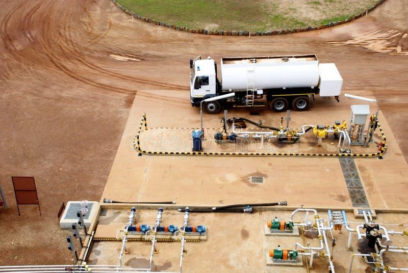 Bränslelastbil på bensinstationen arkivfoto
