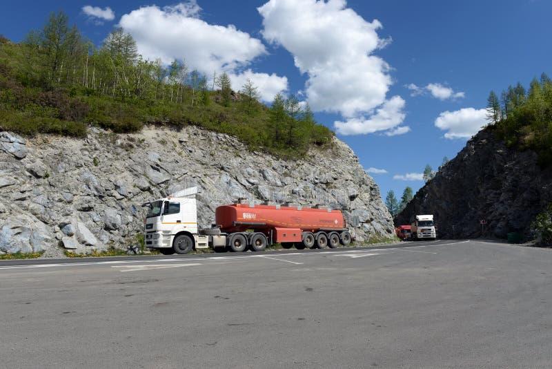 Bränslelastbilar på passerandet Chike-Taman Chuysky område royaltyfria foton
