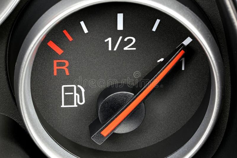 Bränslemått som visar den fulla behållaren arkivfoto