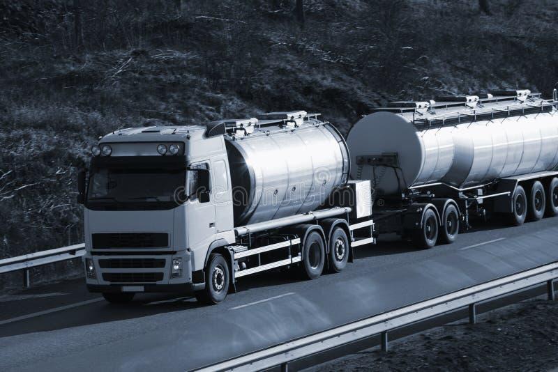 bränslesolnedgånglastbil fotografering för bildbyråer