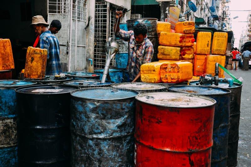 Bränslevalsar som är fyllda in Yangon royaltyfri bild