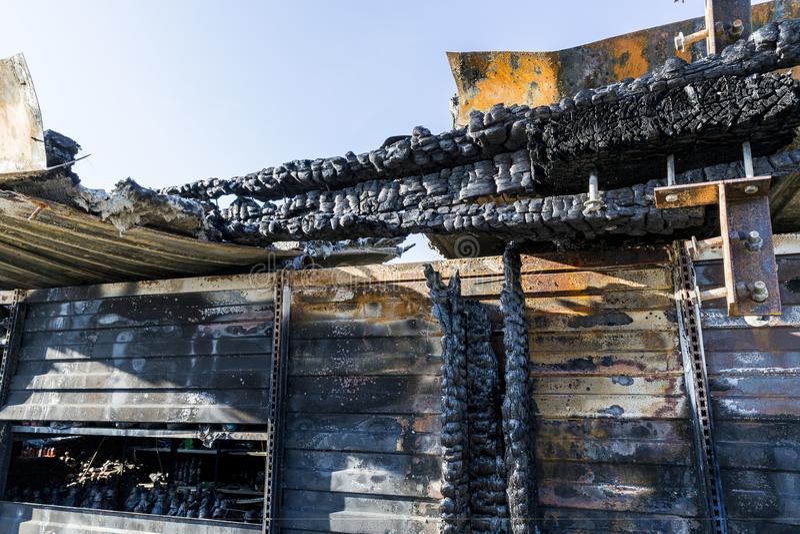 Bränt skadat fördärvar av förstörd försäkring för supermarketmordbrandutredning royaltyfri bild