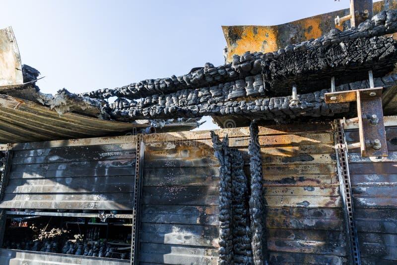 Bränt skadat fördärvar av förstörd försäkring för supermarketmordbrandutredning arkivfoton