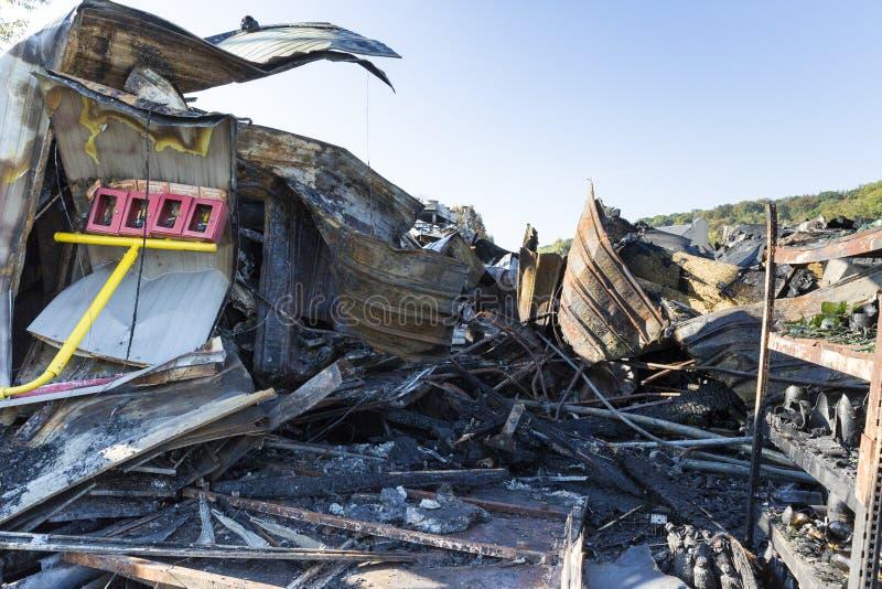 Bränt skadat fördärvar av förstörd försäkring för supermarketmordbrandutredning arkivbild