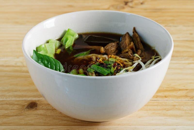 Bräserad feg nudelsoppa Thailändsk matstil arkivbild