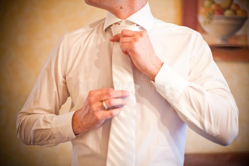 Bräutigam bereitet sich für die Heirat und die Bindungen seine Bindung vor stockbild