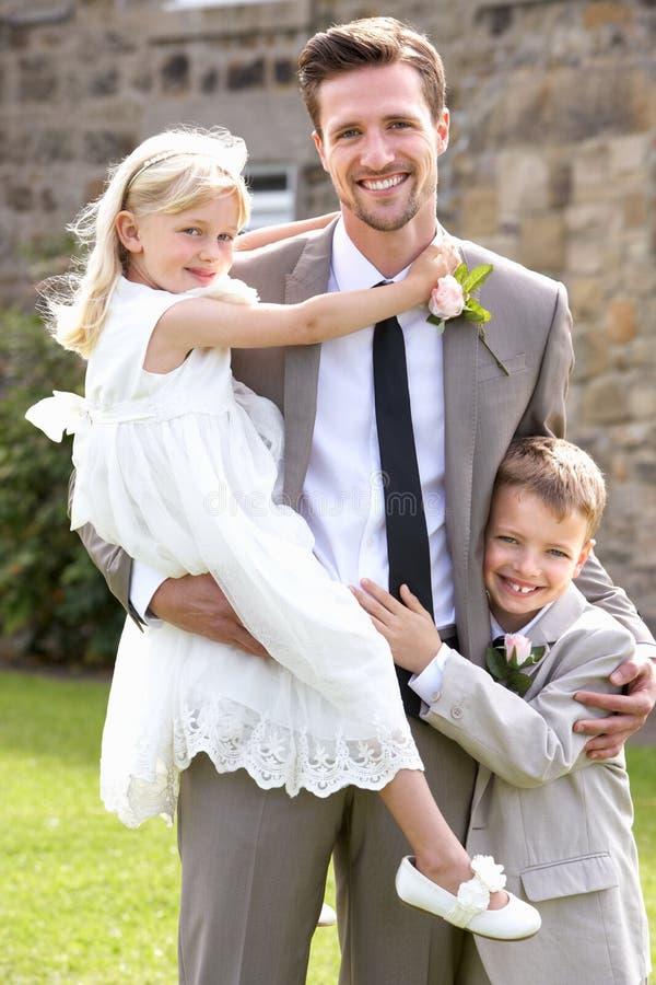 Bräutigam-With Bridesmaid And-Hotelpage an der Hochzeit lizenzfreie stockbilder