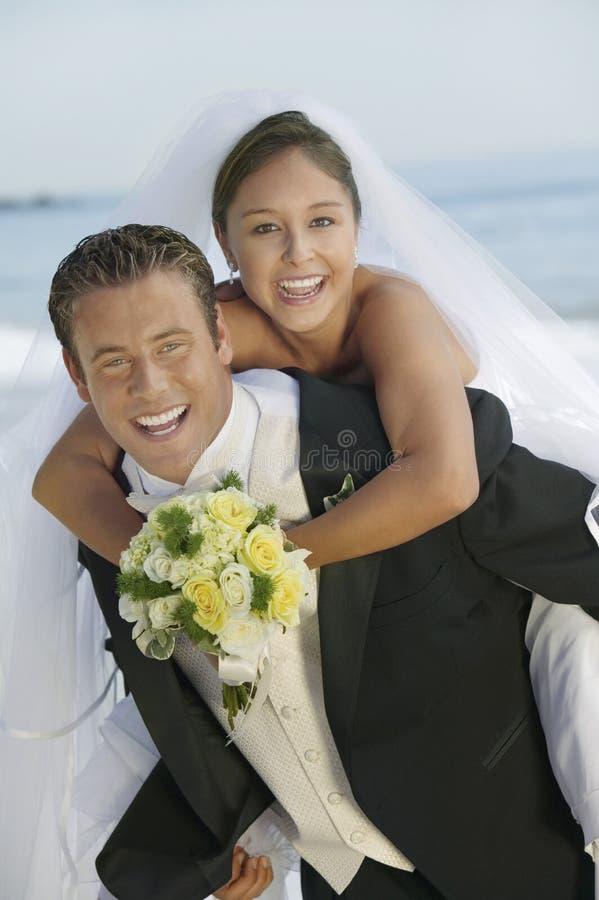 Bräutigam, der draußen Brautdoppelpolfahrt (Porträt, gibt) lizenzfreie stockbilder