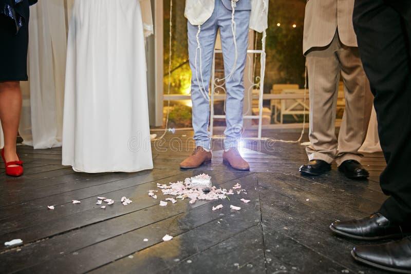 Bräutigam an der jüdischen Hochzeit tritt auf ein Glas lizenzfreies stockfoto