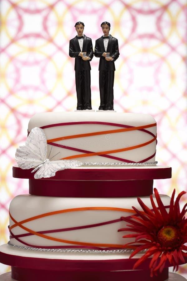 Bräutigam Figurines auf Hochzeitstorte lizenzfreie stockfotografie