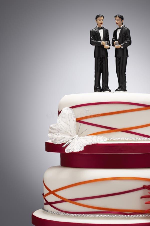 Bräutigam Figurines auf Hochzeitstorte lizenzfreies stockbild