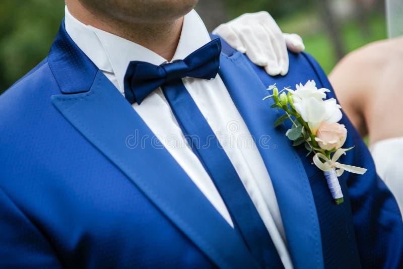 Bräutigam im Anzug und in der Fliege lizenzfreie stockfotos