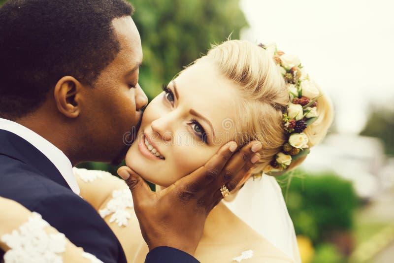 Bräutigam küsst Gesicht der Braut stockbilder