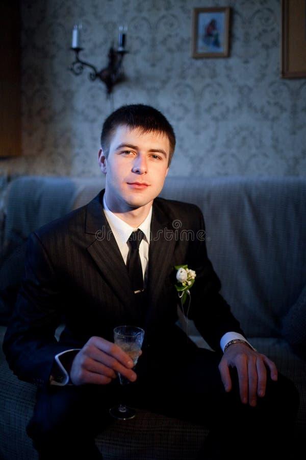 Bräutigam mit Champagner lizenzfreie stockbilder