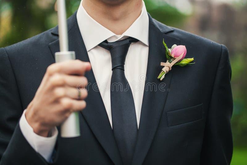 Bräutigam mit Knopfloch stockfotos