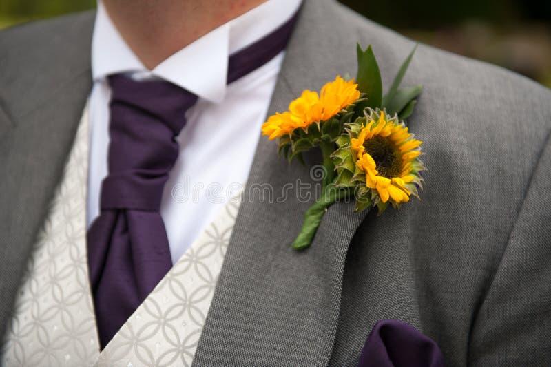 Bräutigam mit Sonnenblumenknopfloch lizenzfreie stockfotos