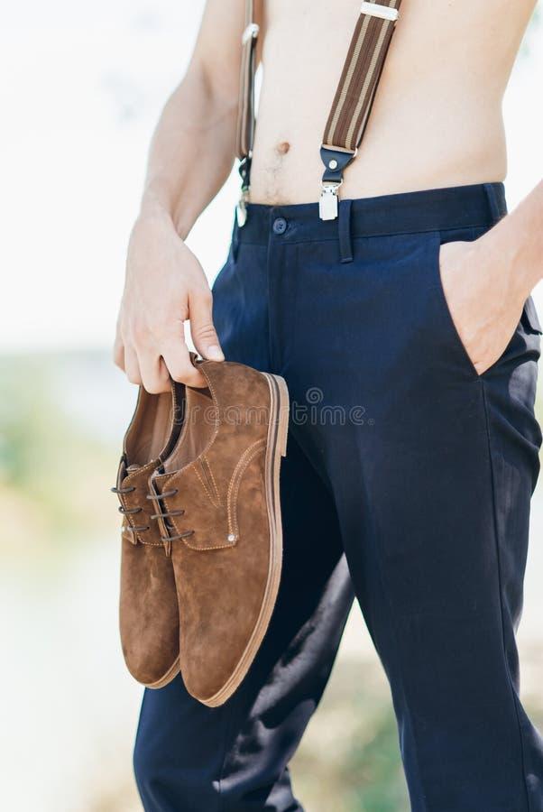 Bräutigam ohne Hemd beim Hosenhalten lizenzfreies stockfoto