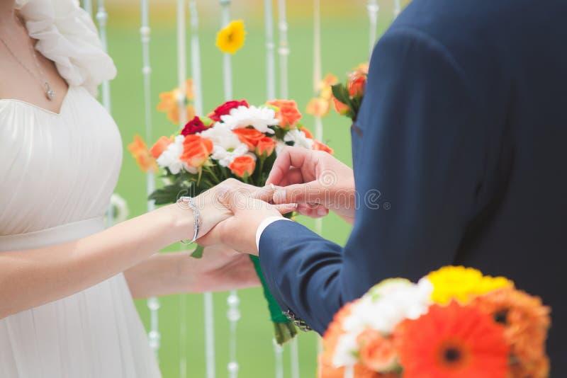 Bräutigam setzte den Ring auf die Hand der Braut stockfotos