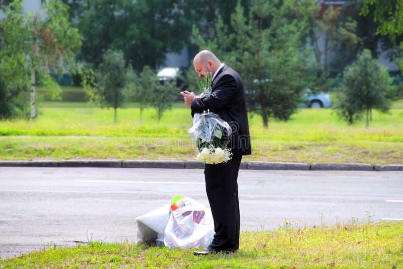 Bräutigam spät für die Hochzeit stockfotografie