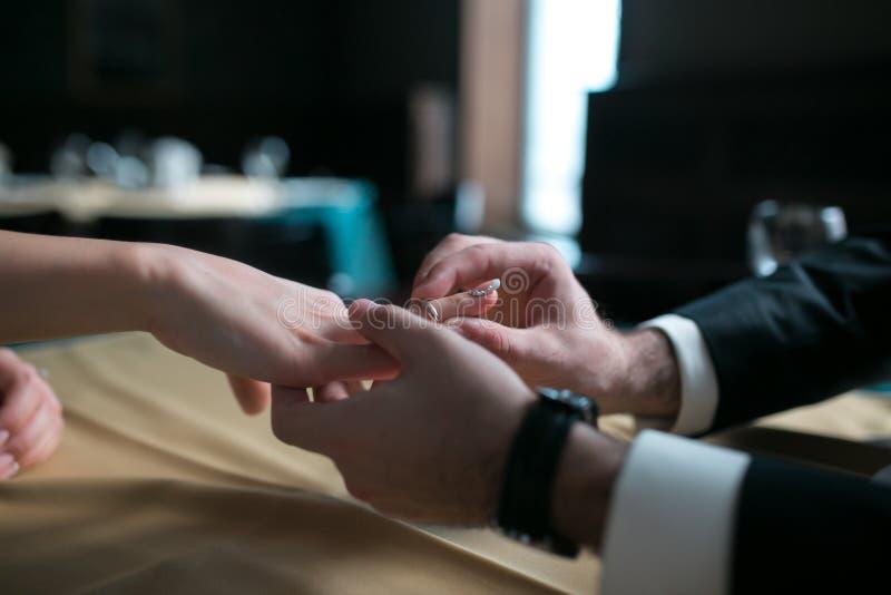 Bräutigam trägt die Ringbraut lizenzfreie stockfotografie