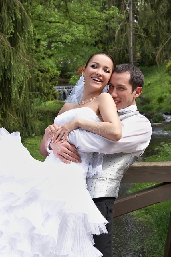 Bräutigam und Braut auf der Hochzeit im Park stockbild