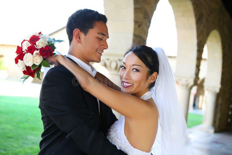 Bräutigam und Braut an der Hochzeit lizenzfreie stockbilder