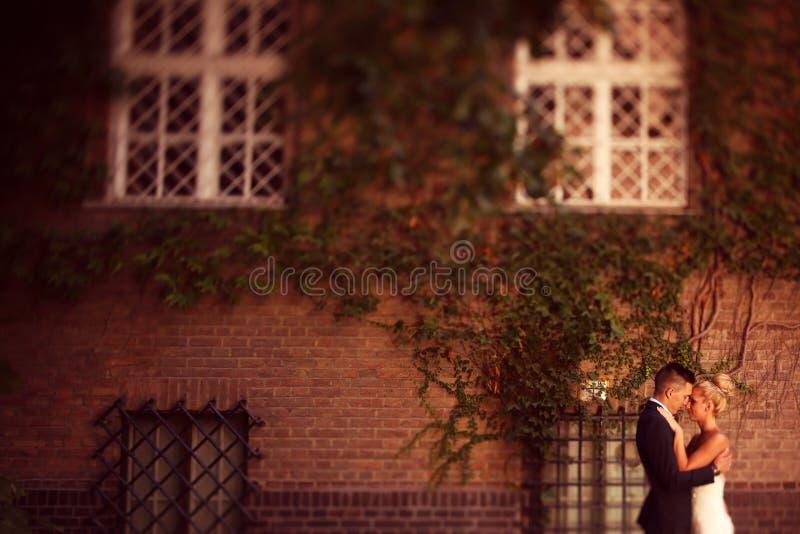 Bräutigam und Braut in der Stadt stockbild