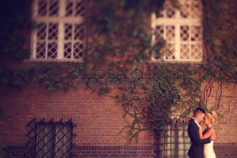 Bräutigam und Braut in der Stadt lizenzfreie stockfotos
