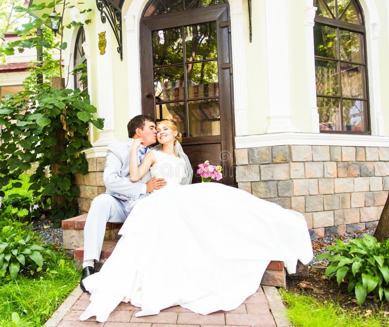 Bräutigam und Braut zusammen Gleichheit, Krawatte und Kristallschmucksachen stockfotografie