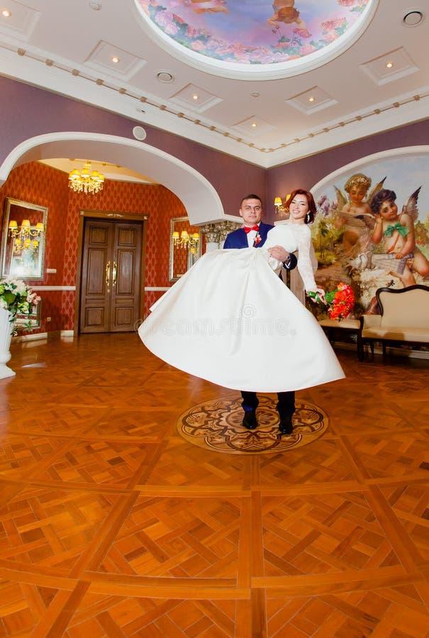 Bräutigam- und Brautporträts im klassischen Innenraum stockfotografie